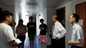Dr. So visited a student room in the College 蘇博士參觀學生房間