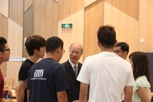 Cordial conversations with the freshmen at the welcome reception 蘇博士與新生親切交談
