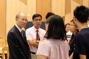 Executives of the SHEAC House Association explained to Dr. So about the College's orientation activities held over the past week. SHEAC學生會領袖向蘇博士介紹過去一周書院所舉辦的迎新活動