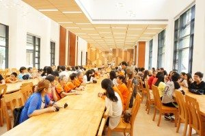 Visitors gathered in the College Refectory at SHEAC. 訪客們聚首在書院的膳堂。