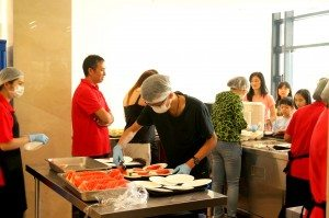 SHEAC student volunteers assisted the work at the serving counter of the Refectory. 書院義工同學協助服務櫃檯分發食物的工作。
