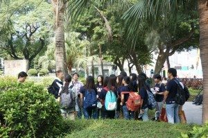 Students visited the historic site of Sacred Hill. 同學們走訪了極具歷史意義的宋皇臺。