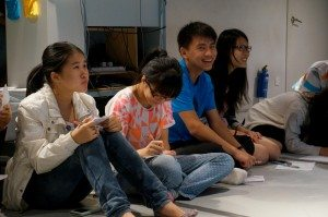 Students had a relaxing discussion about identity issues at the Oxfam workshop. 同學們在樂施會工作坊輕鬆的討論關於身份認同問題。