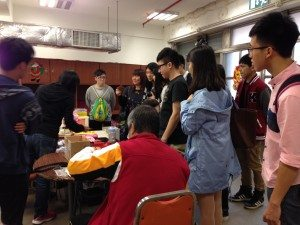 Students saw the trainees making handicrafts at the center. 同學們在中心工場看到學員親手製作手工藝品。