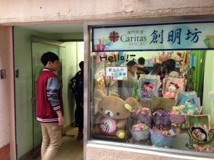 Students visited the souvenir store of the center. 同學們還參觀了創明坊的小賣部。