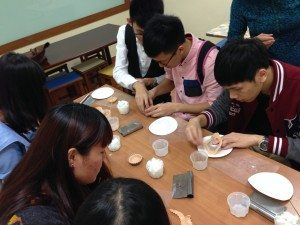 Students made their own egg tart-like soaps in the workshop under the guidance of the trainees. 在中心學員指導下,同學們親手「炮製」出蛋撻形狀的肥皂。