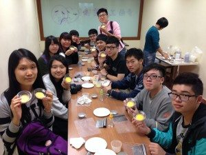 Students had a group photo with their finished handmade soaps. 同學們與他們的成品合影。