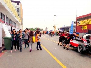 Students were excited about entering the paddock of Macau Grand Prix. 同學們進入澳門格蘭披治大賽的圍場表現興奮。
