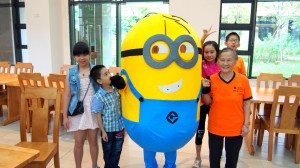 """Appearance of the Milion puppet brought a lot of excitement to the children and even the """"old buddies"""". 小黃人大人偶的出現為孩子們甚至老友記帶來了許多歡樂。"""