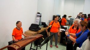 The old ladies were happily trying the various musical instruments in the music room at the College. 老友記們在書院的音樂室興高采烈地嘗試各種樂器。