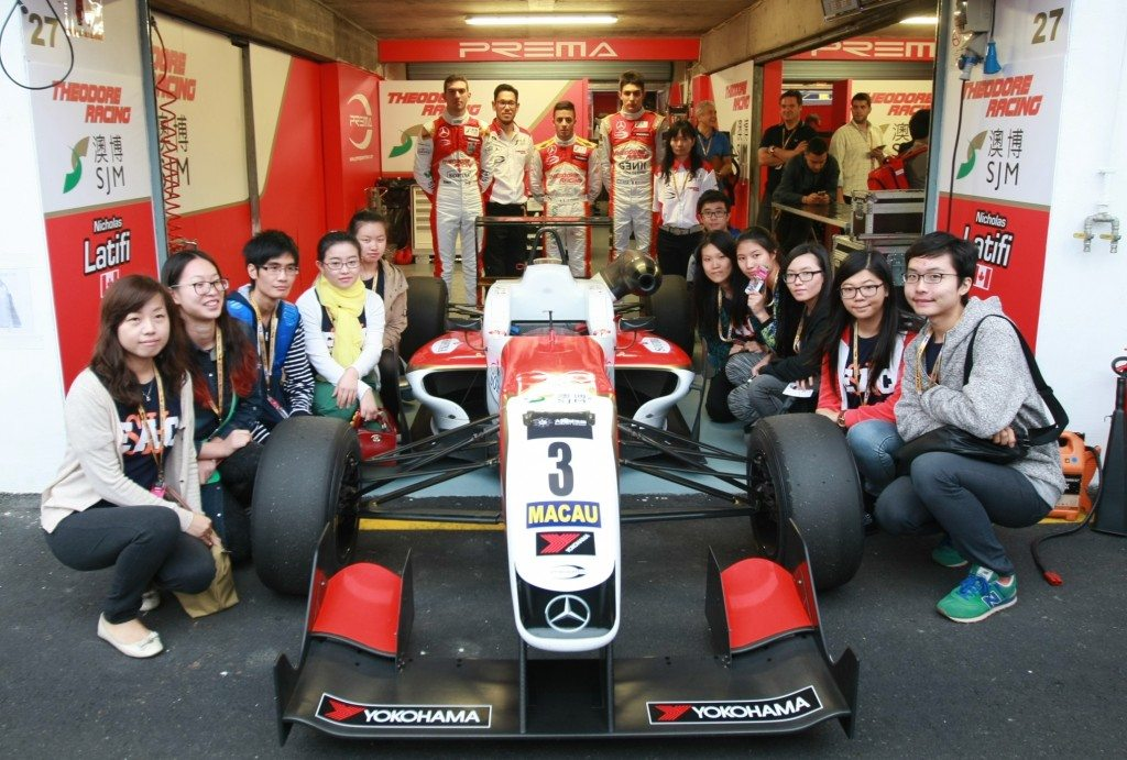 SHEAC students had a group photo with SJM Theodore team principal Teddy Yip Jr., and Formula 3 drivers Esteban Ocon, Antonio Fuoco and Nicholas Latifi. 書院師生與澳博德利賽車隊總監小葉德利及三位賽車手奧康、傅奧及拉提菲合影留念