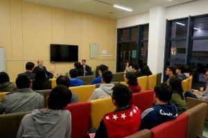 Professor Robert Merton discussed with students questions related to aspects such as global economy, personal growth, and university life. 羅伯特·默頓教授與同學們談及世界經濟、個人成長大學生活等多方面的問題。