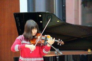 "Janet Li (Year 1 English) performed a violin solo ""Meditation"". 李文嘉同學表演《沉思曲》小提琴獨奏。"