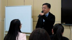 Mr. Mak demonstrated to students how to use a mic properly. 麥先生教導同學們如何正確使用麥克風。