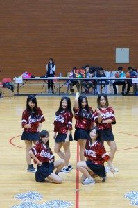 Every girl of the cheerleading squad is very charming and energetic. 啦啦隊的每個女孩都非常活潑迷人。