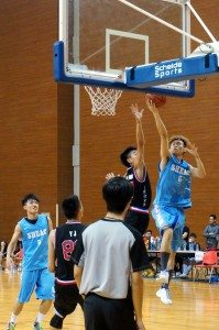 SHEAC player strived to shoot. 東亞書院球員憤力投籃。