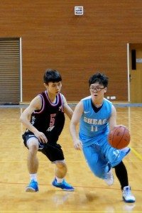 SHEAC player tried to avoid the interference of the opponent. 東亞隊員試圖避開對方球員的阻攔。