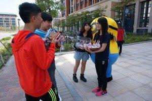Volunteers were active to sell their handmade cookies to visitors. 同學們積極走到書院外面向遊人們推銷自己親手製作的曲奇。
