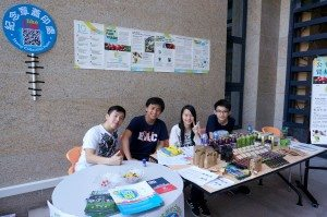 Volunteers provided assistance at the UM Open Day counter. 同學們在開放日也幫忙介紹書院。