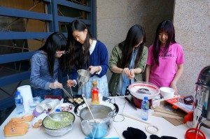 Volunteers were dedicatedly making fresh octopus balls and cotton candy. 同學們細心製作新鮮現賣的棉花糖和章魚小丸子。