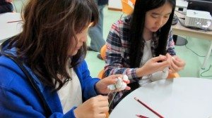 Students were carefully designing the patterns of their handkerchiefs. 同學們仔細構想和設計自己手帕上的圖案。