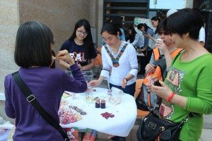 Visitors enjoyed the rose honey brought by our student from Dali, Yunnan. 訪客們對同學從雲南大理帶回來的玫瑰蜜讚不絕口。