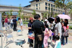 Families with children at UM Open Day. 前來參觀的賓客不乏一家大小的家庭。