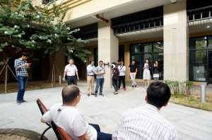 The guests demonstrated in the courtyard of the College how to operate a drone. 嘉賓在書院的院子裡示範如何操作無人機。