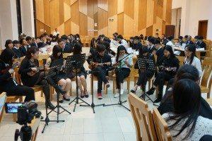 "Students of the Thursday class performed Sodagreen's ""Little Love Song"". 週四班的同學們彈奏了蘇打綠的《小情歌》。"