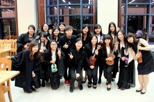 Group photo with the instructor after the High Table Dinner: Students were looking forward to the new series of ukulele course in the next semester. 師生們在高桌晚宴結束後合照留念,更相約下學期開班繼續學習彈奏小結他。