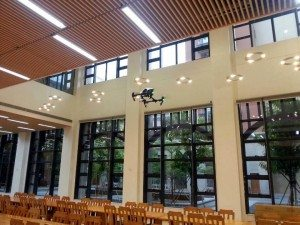 Drones with an accurate positioning sensor can also fly in indoor areas, a demonstration in the College refectory. 備有精確定位感應器的無人機還可以在封閉的地方如書院的膳堂飛行。