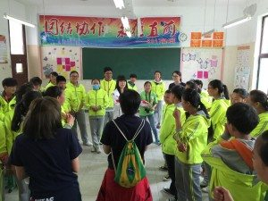 SHEAC students were holding a team activity for middle school students. 為初中學生開展的團隊活動