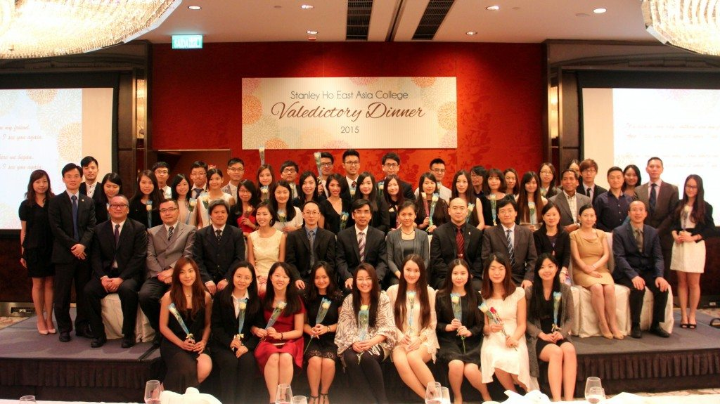 Group photo of graduates with College Master and Fellows. 畢業生和書院院長及老師們大合照。