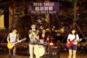 A band performance full of energy kicked off the charity show. 樂隊充滿活力的演出拉開義演的序幕。