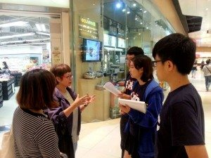 Talking to residents during the local community visit in Tin Shui Wai. 天水圍社區體驗遊中,同學們與街坊談天,了解他們的生活狀況。