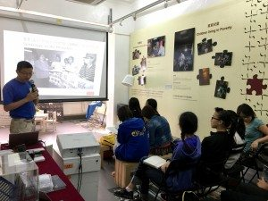 Joined the talk and sharing session about homeless people at the exhibition venue of the Society for Community Organization (SoCO). 同學們參加香港社區組織協會關於無家者的講座及分享會。