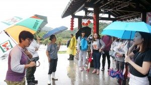 The tour guide from the Kadoorie Institute introduced Lai Chi Wo Village to students. 來自嘉道理研究所的導賞員向同學們介紹荔枝窩村。