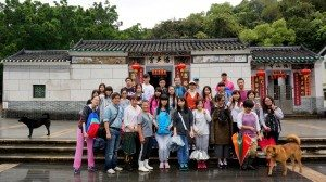 Group photo at the plaza of the village. 在村莊的廣場上合影。