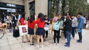 The charity bazaar drew a huge crowd of visitors to the College. 義賣活動吸引大群參觀者到書院。