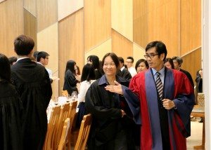 College Master Prof. Iu guided the guests to enter the College Refectory. 院長姚偉彬教授帶領嘉賓們進入書院膳堂。
