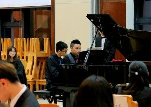 Students Xu Jing and Yang Qiyi performed Piano Duet. 許進與楊其乙同學表演四手聯彈。