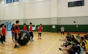 Student leaders took turns in teams to explain rules of kin-ball to each other. 學生領袖分小組輪流向其他小組講解健球的規則。