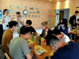 Staff of the brewery introduced about the company's products, the brewery process and other information to students.  酒廠工作人員講解集團主要產品、啤酒製作的過程等資訊。