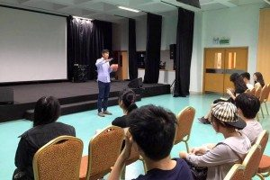 Staff of Teen Challenge introduced to students different types and potential dangers of drugs. 中心負責人向同學們講解毒品種類與危害。