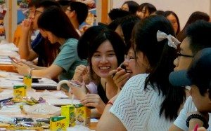 Freshmen shared joy at one of the workshops in the College. 新生們愉快參與書院工作坊。
