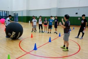 The coach introducing the basic rules of kin-ball. 教練講解基本規則。