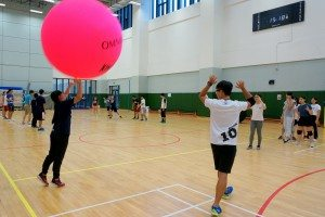 Participants practicing skills of passing and ball catching. 同學們練習傳球及接球技巧。