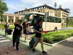 SHEAC student leaders were excited to meet fellow freshmen for the first time upon their arrival. 書院學生領袖見到新生們到達心情興奮。