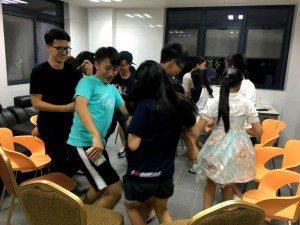 Freshmen got to know each other through exciting floor ice-breaking games. 新生通過刺激的樓層破冰遊戲了解彼此。