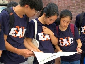 Students reading the calendar of farming for growing vegetables in Hong Kong all year round. . 同學仔細閱讀香港常年種植蔬菜的日曆。